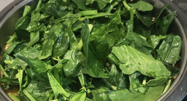 Añadimos las legumbres las espinacas y el laurel. Lo cubrimos de agua