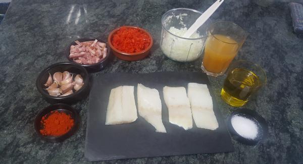 Preparamos todos los ingredientes. Ponemos la sartén con el aceite y programamos en chuleta.