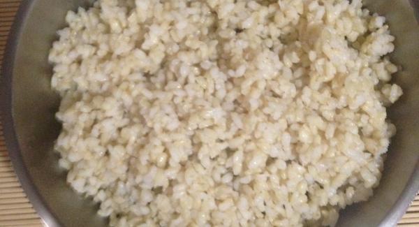 """Una vez lavado el arroz, se coloca en la unidad de 20 cm y se le añade doble cantidad de  agua  (ejemp. una taza de arroz grande se le pone dos tazas de agua)  Se coloca en el Navigenio en el numero 6 y se tapa con la Tapa Rapida .El Audio programarlo en """"Turbo"""" durante  5´.  Dejar que se abra por si  sola ."""