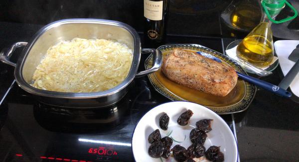 En el mismo aceite de dorar el horno añadimos la cebolla y la mantequilla, pochamos la cebolla hasta que tenga color dorado