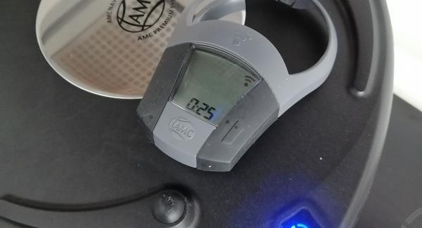 61. Poner '' Navigenio'' invertida( forma horno) encima de la olla y encender en ''1 raya'' cuando parpadee rojo- azul poner 25 minutos en el'' avisador''.