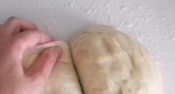 1. Pasada la hora, se divide la masa en dos. En una superficie se estiran las dos mitades del tamaño de la olla. 2. Cortar lel papel de horno( usar la medida de la tapa de la olla, 3cm más). Ponerlo en el interior de la olla.
