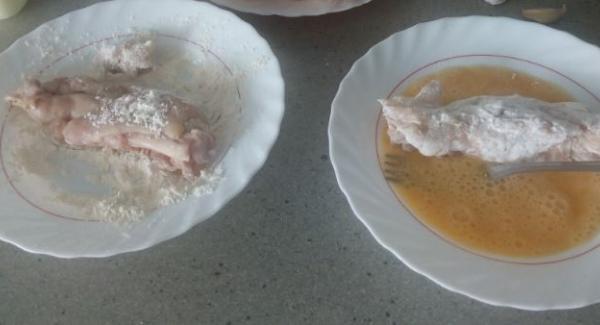 Pasarlas una por una primero por harina y a continuación por el huevo con una pizca de sal