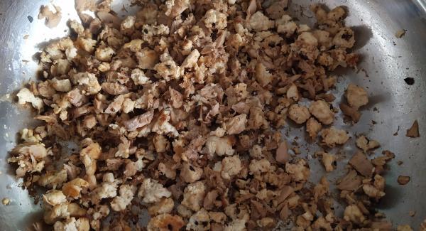 Calentamos la sartén , echamos un chorrito de aceite y los ajos para que se vayan dorando. Una vez dorados echamos el pollo y a continuación el atún