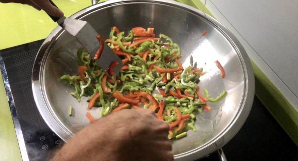 Cuando nos avise vamos a cocinar sin tapa mientras salteamos. Añadimos el aceite de oliva por las paredes del Wok y ponemos los pimientos y los trigueros. No paramos de remover mientras se saltea (+-1,5 minutos).