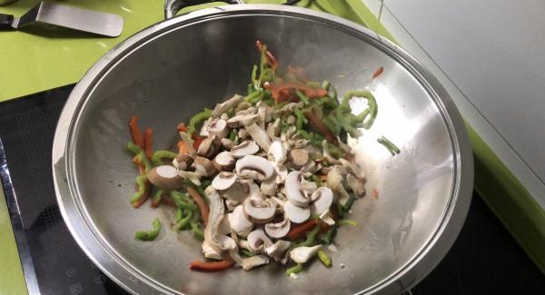 Agregamos las setas, removemos y le echamos un poco de aceite de sésamo y seguimos removiendo (+-2 min).