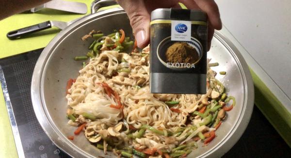 """Agregamos la salsa de soja, el agua, los noodles y nuestras especias """"Exótica"""" removemos para mezclar todo. Tapamos el Wok, apagamos el navigenio y lo dejaremos 1min apartado de la fuente de calor."""