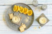 Pastel de naranja y jengibre en vaso