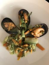 Salteado de verduras y mejillones con salsa pesto